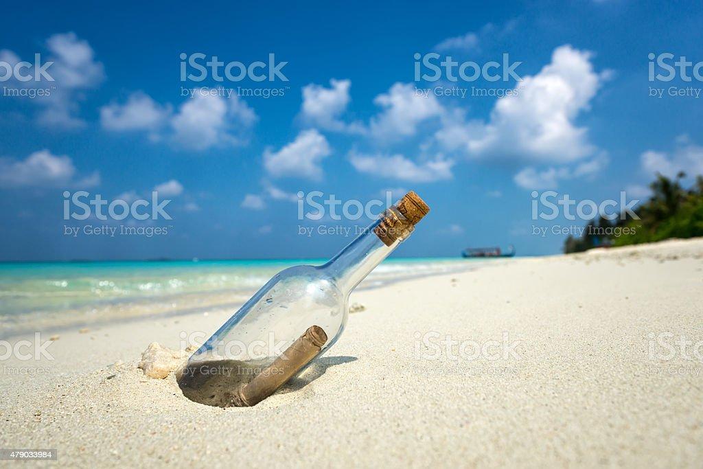 Message dans une bouteille échoués sur une plage tropicale. - Photo