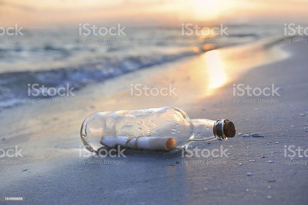 Message dans la bouteille au coucher du soleil - Photo