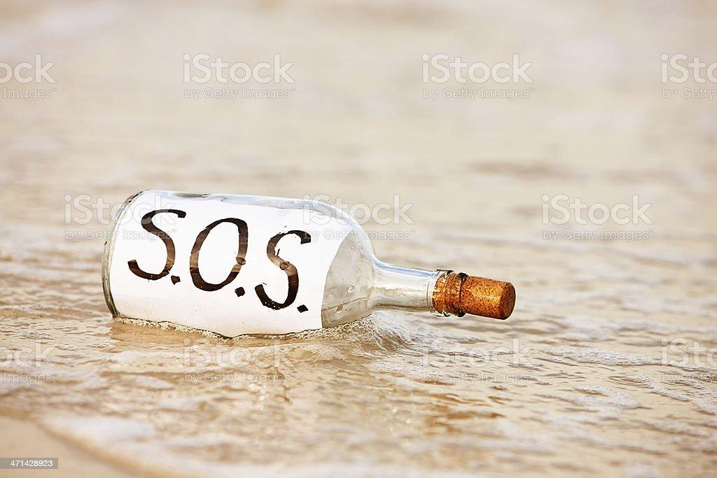 SOS message dans une bouteille-être seulement par marée délavé - Photo