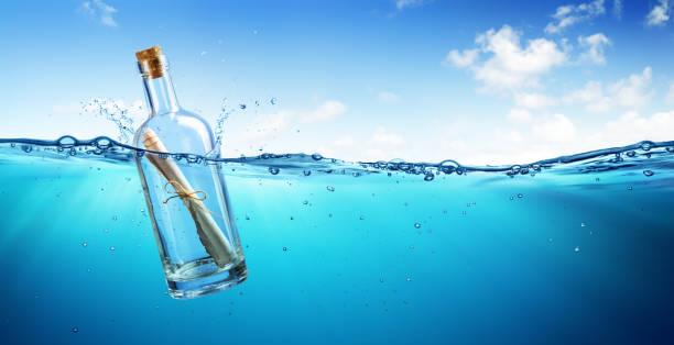 message in bottle schweben in the ocean - worte stock-fotos und bilder