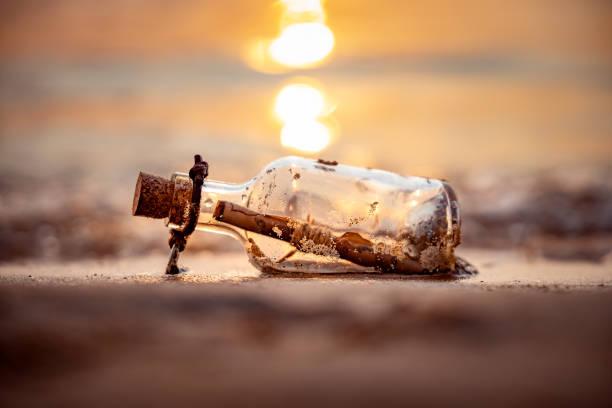 Botschaft in der Flasche gegen die Sonne, die untergeht – Foto
