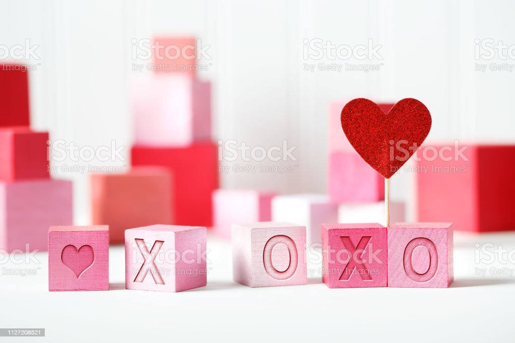 Mensagem XOXO com blocos-de-rosa e vermelhos - foto de acervo