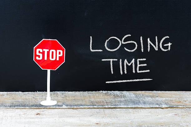 stop losing time message written on chalkboard - sprüche zeit stock-fotos und bilder
