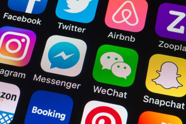 Messenger, WeChat, Snapchat y otro teléfono las Apps en la pantalla del iPhone - foto de stock