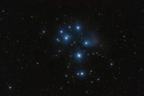 messier 45 pleiaden - subaru-nebel - sternhaufen stock-fotos und bilder