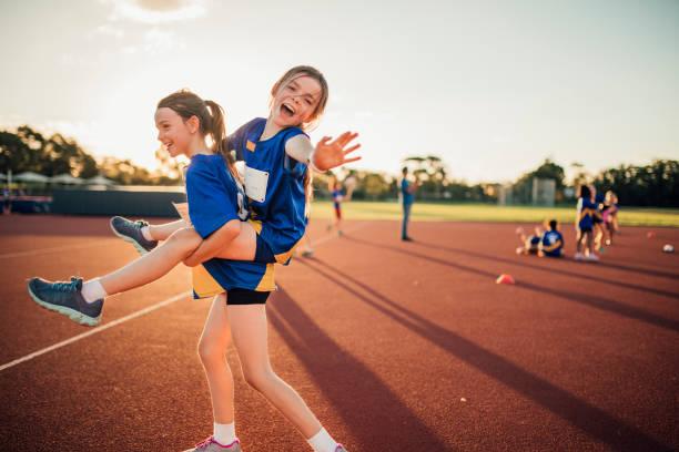 déconner au club d'athlétisme - athlétisme photos et images de collection
