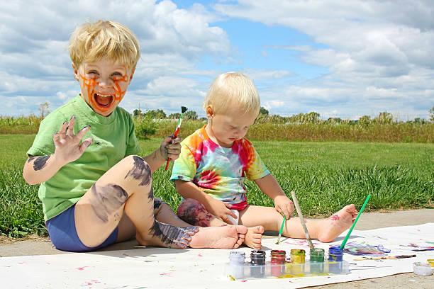 unordentlich kinder malen - lustige babybilder stock-fotos und bilder