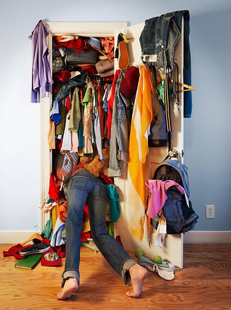 desarrumado cupboard (expressão inglesa) - desarrumação imagens e fotografias de stock