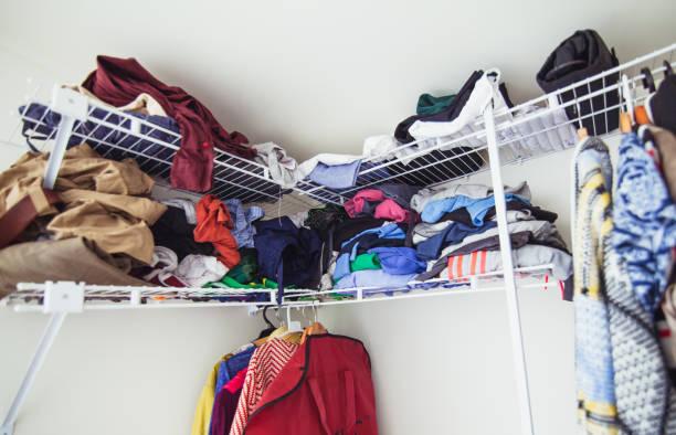 unordentliche kleiderständer im haus. - hausmittel gegen falten stock-fotos und bilder