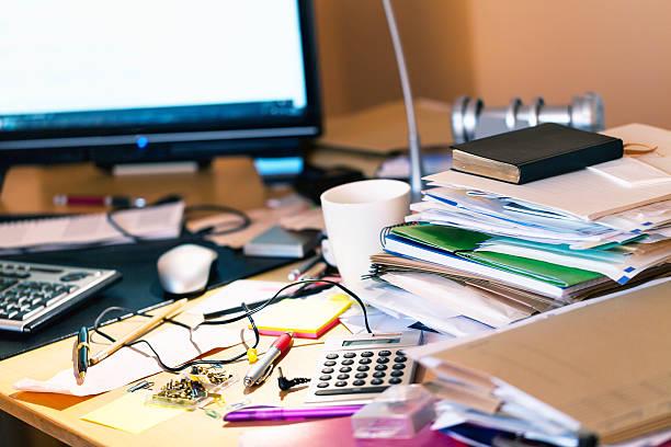 Unordentlich Schreibtisch – Foto