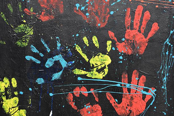 unordentlich handprints tropfender farbe - fingerfarben stock-fotos und bilder