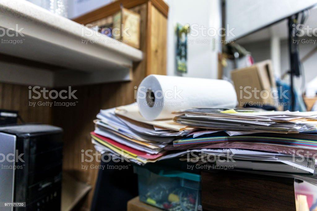 Unordentlichen Haufen von Papieren und Dokumenten im Home-Office – Foto