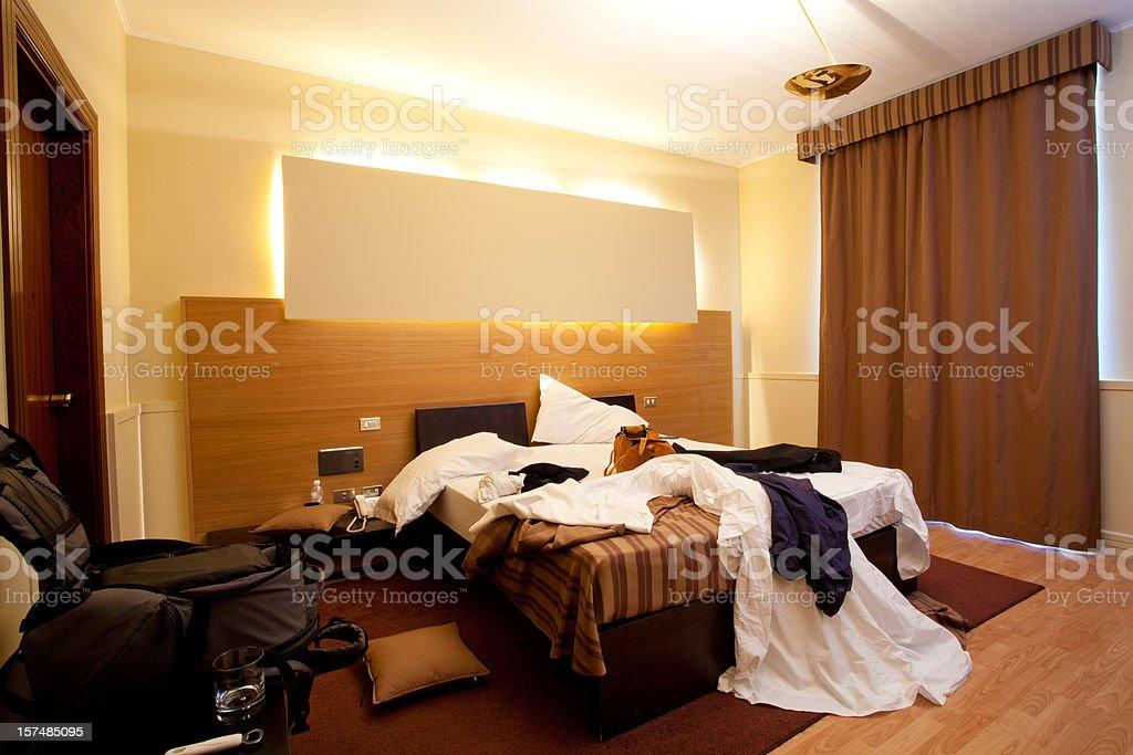Desordenado habitación de hotel - foto de stock