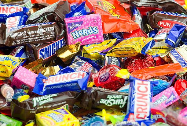 unordentlich großen haufen von süßigkeiten nahaufnahme - milky way stock-fotos und bilder