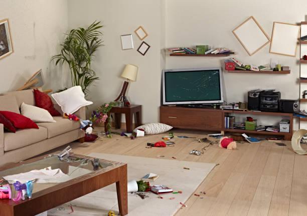 hasar ile dağınık oturma odası - buruşuk fiziksel özellikler stok fotoğraflar ve resimler