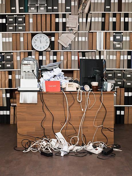 unordentlich büro - telefonschrank stock-fotos und bilder