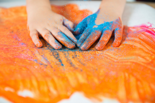 Child finger paints with glitter sand on his handshttp://2.bp.blogspot.com/-6uFsvUizzNg/T_85WkEZpeI/AAAAAAAABDs/ePjRC0VoP5M/s1600/kids.jpg