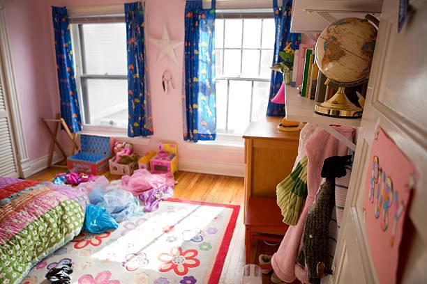 mädchen s schlafzimmer - mädchenraum vorhänge stock-fotos und bilder