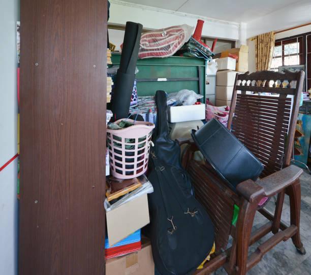 오래 된 집에서 정크에 대 한 차고에 지저분한 저장 공간 - 저장고 제작물 뉴스 사진 이미지