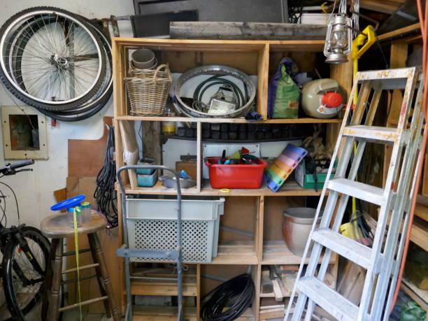 지저분한 저장실, 사다리, 도구와 지저분한 저장실에 다른 많은 항목 - 저장고 제작물 뉴스 사진 이미지