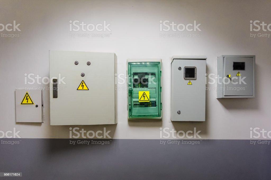 Metall- und elektrohammer Boxen mit gelben Warnzeichen elektrische Gefahr hoher Spannung sind an der Wand im Büro-Center installiert. – Foto