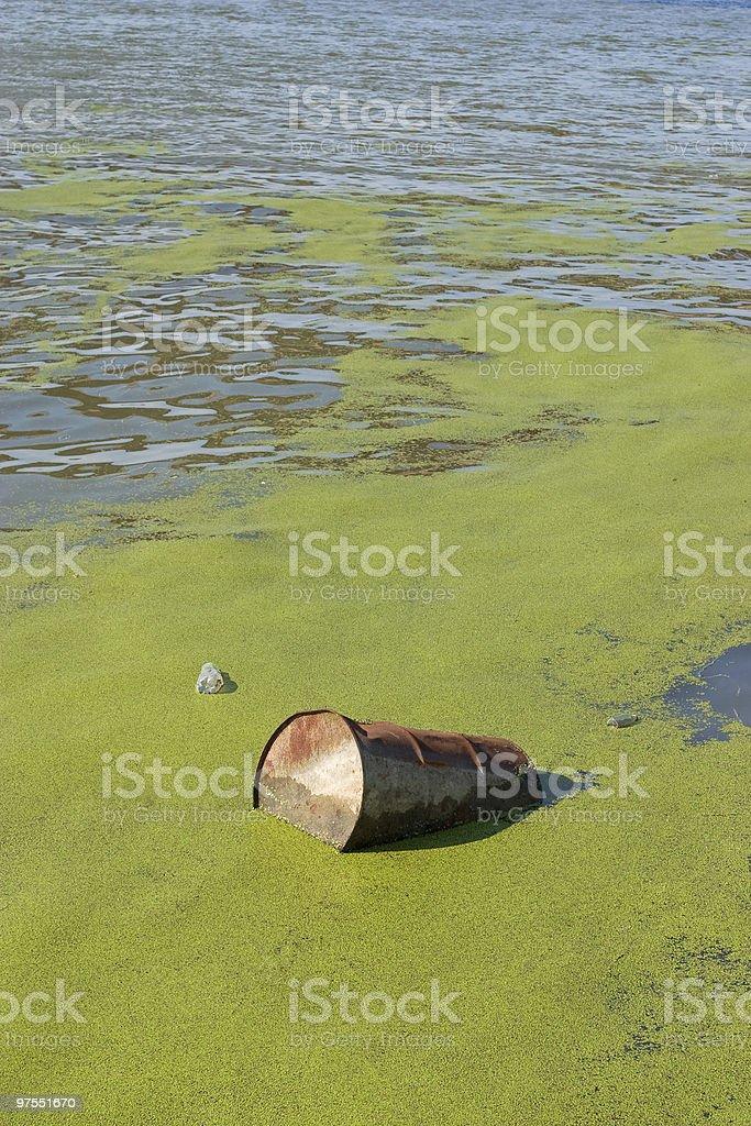 Boutons en métal flottant sur la rivière photo libre de droits