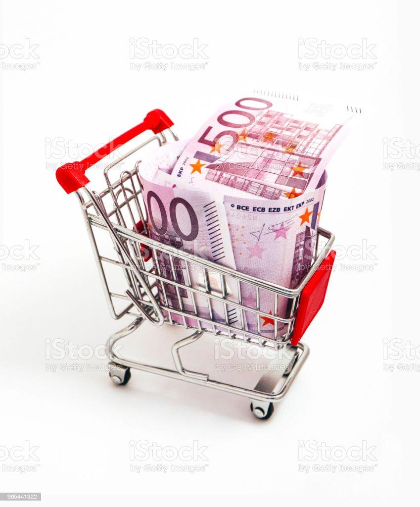 Panier métallique avec un billet de 500 Euro en elle. Consommation, achat concept, pushcart. - Photo de Acheter libre de droits