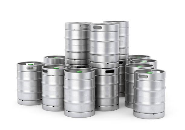 metal bier kegs stack isoliert auf weißem hintergrund. 3d illustration - bierfass stock-fotos und bilder