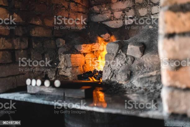 Foto de Metal A Ser Forjada Na Oficina e mais fotos de stock de Aço