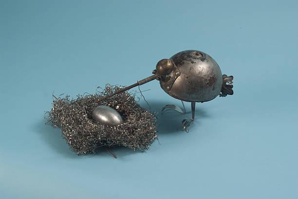 metall-vögel in ihrem nest - sprüche zur schwangerschaft stock-fotos und bilder