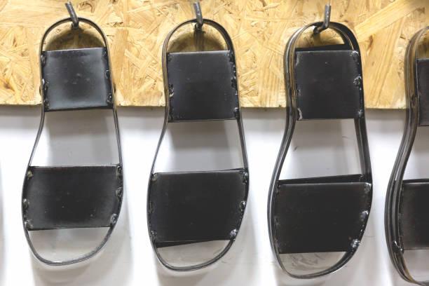 metall schwarz schuh formen in verschiedenen schuhgrößen - flip flops reparieren stock-fotos und bilder