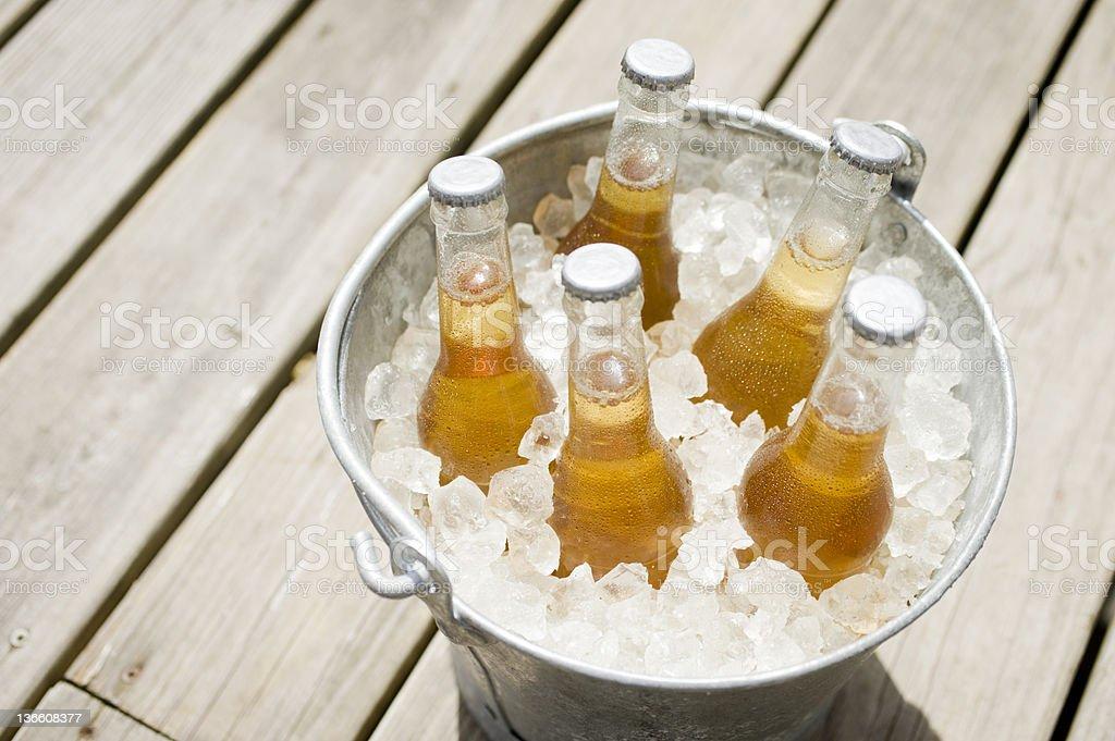 Balde de cerveja em um - foto de acervo