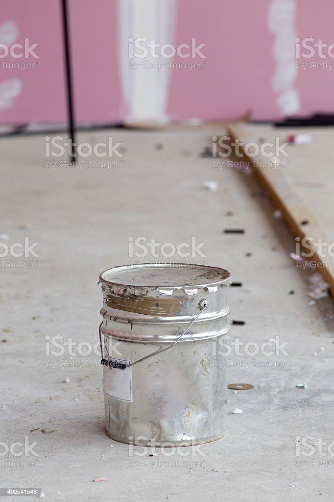 Balde de Metal em piso de concreto - foto de acervo