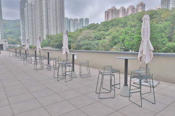屋頂花園外的金屬椅子圖像檔