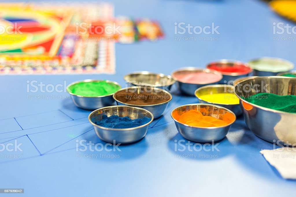 Metal cup with colorful sand for drawing mandala foto royalty-free