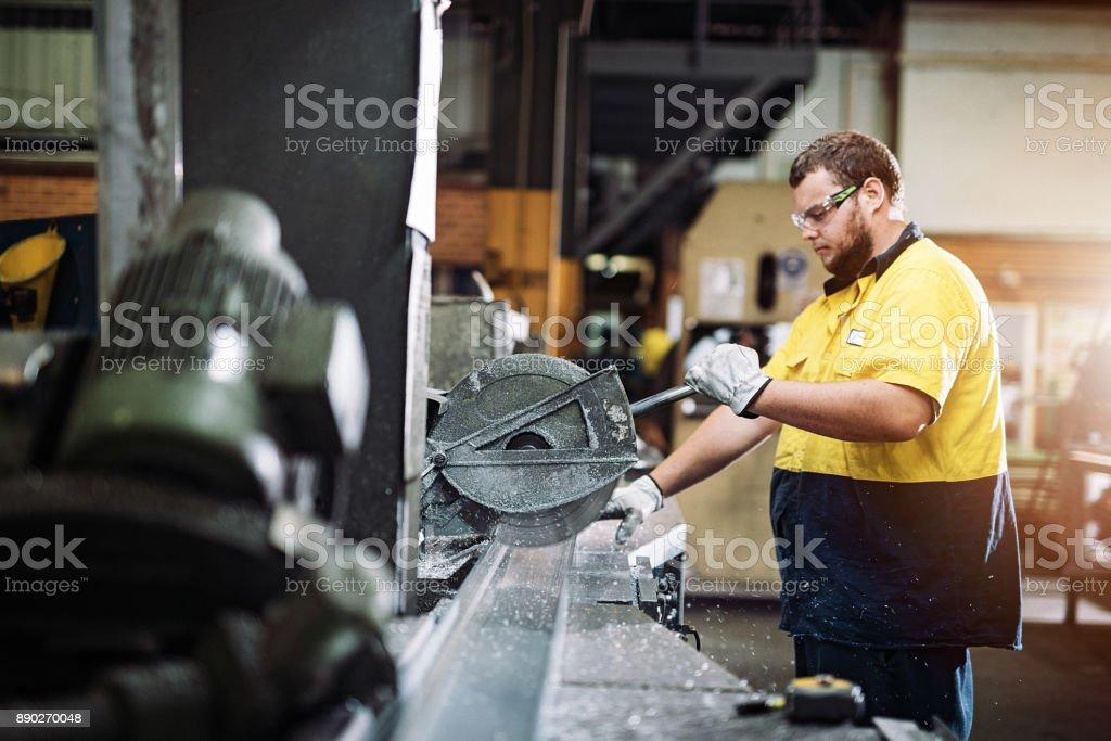 Metall schneiden und Sägen Lizenzfreies stock-foto