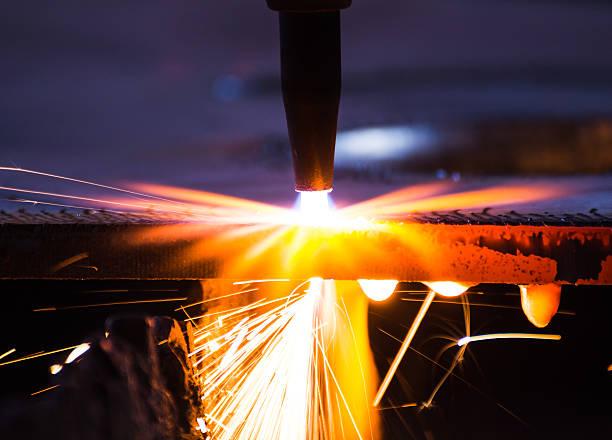 Metall-Schneiden mit acetylene torch bei schlechten Lichtverhältnissen, Nahaufnahme – Foto
