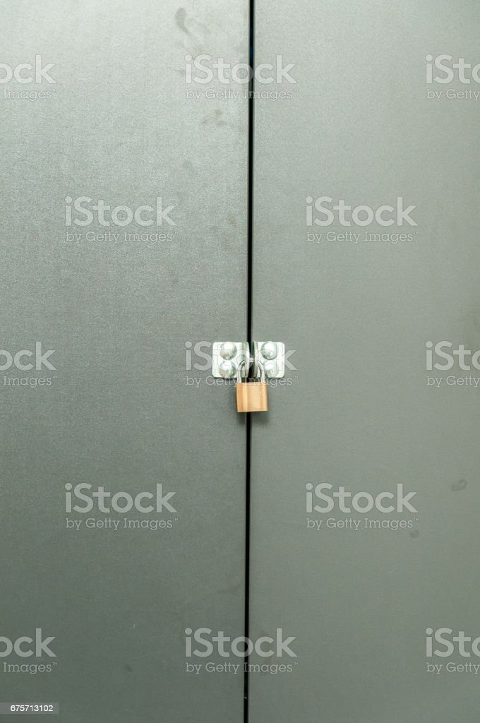 金屬門。金屬門上的金色掛鎖。 免版稅 stock photo