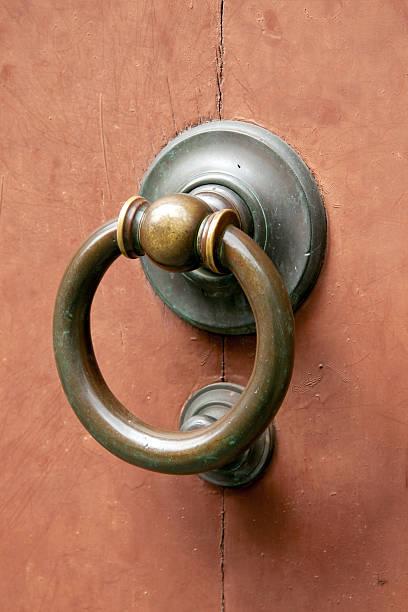 Metall Türklopfer auf hölzernen Eingang – Foto
