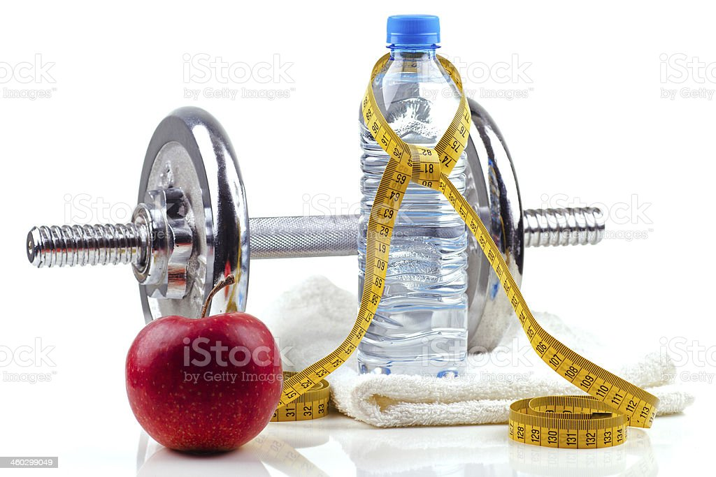 Metal dumbell con red apple y botella foto de stock libre de derechos