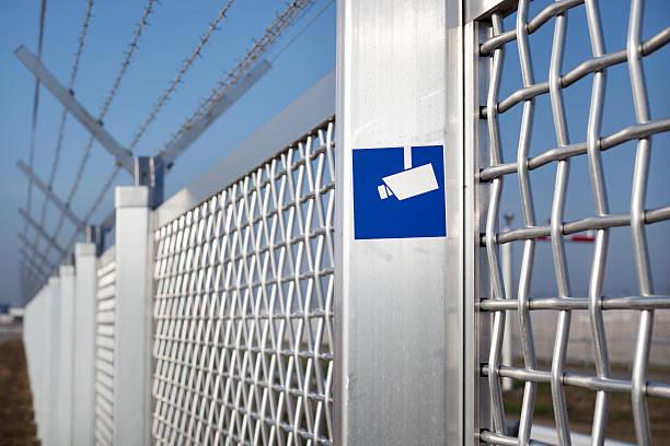 metall-zaun und stacheldraht am flughafen - alu zaun stock-fotos und bilder
