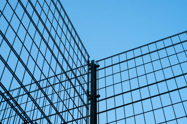 metallzaun auf blauen himmel - metall-gitter-konstruktion - spielplatz design stock-fotos und bilder
