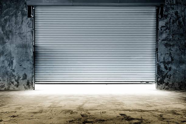 gebäude mit roller shutter tür - garagentor mit tür stock-fotos und bilder