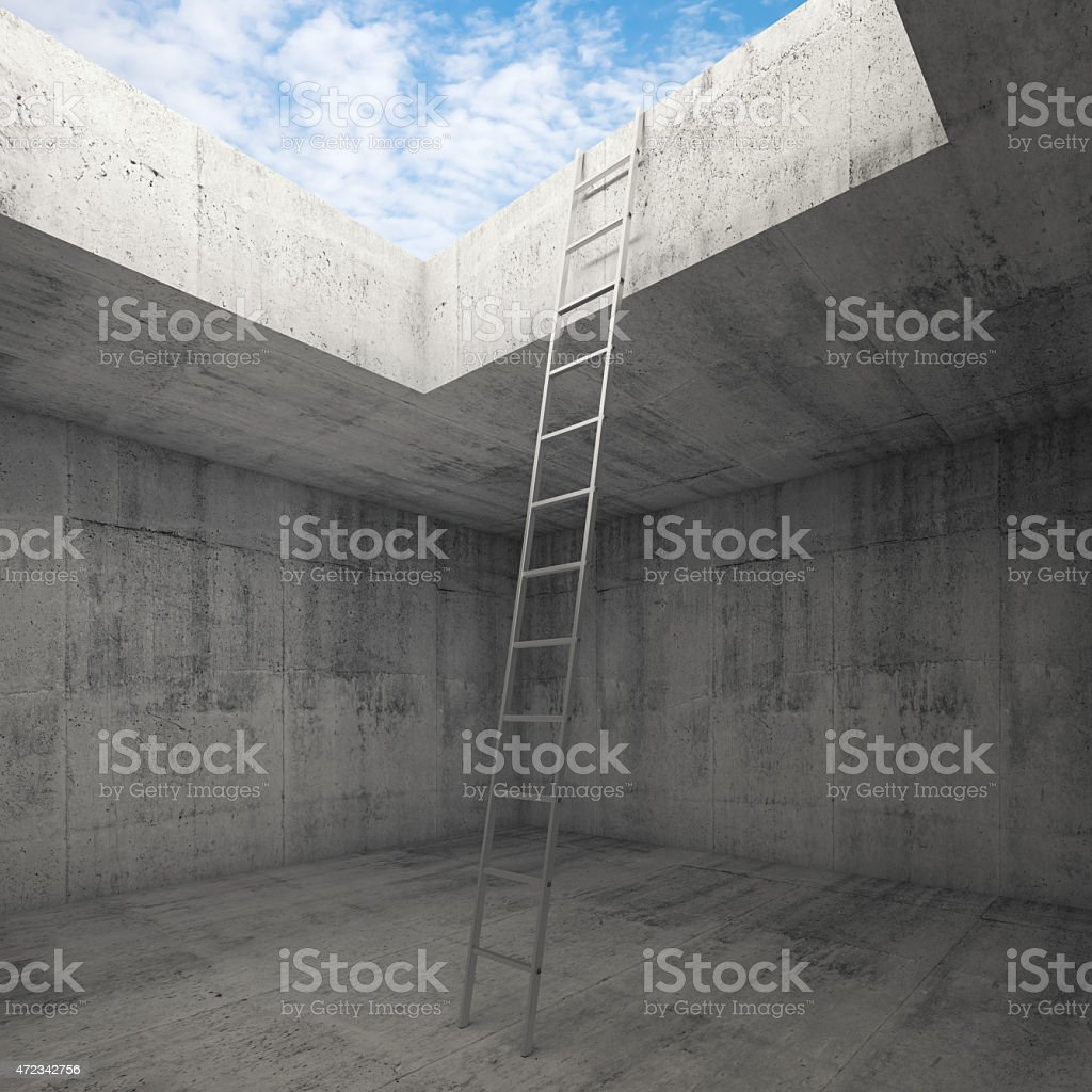 Metall-Leiter zum Himmel wird aus Beton innen Lizenzfreies stock-foto