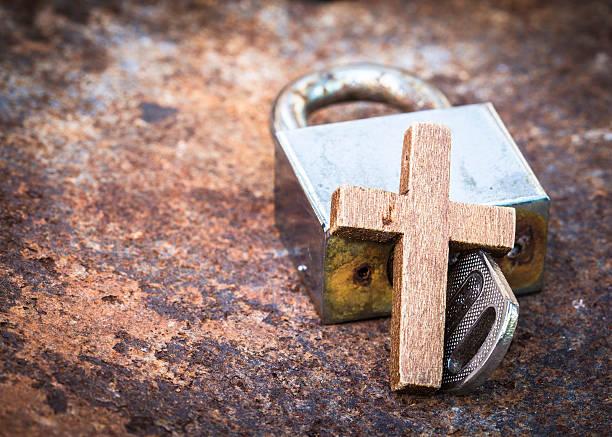 metall schlüssel-und-schloss mit hölzernen cross - religionsfreiheit stock-fotos und bilder