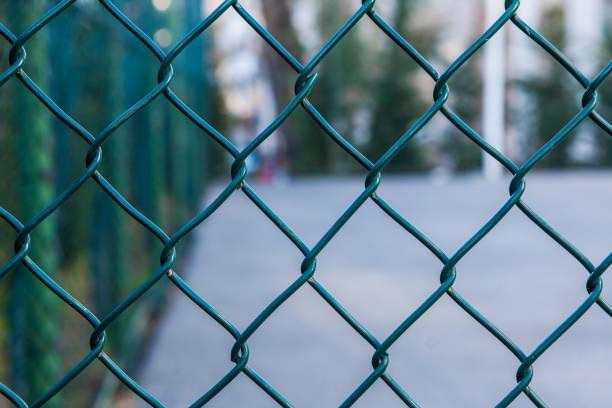 metal mesh et sport cour - fond texturé - grillage photos et images de collection