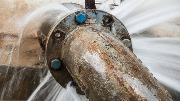 metalen pijp met ventiel lekt in waterzuiveringsinstallatie - breuk stockfoto's en -beelden