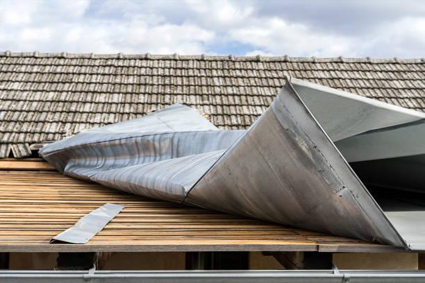 parte superior de la cubierta metálica demolido por un fuerte viento - dañado fotografías e imágenes de stock