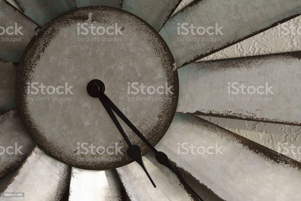 metall rustika klocka - Royaltyfri Antik Bildbanksbilder