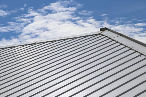 metalen blad dak en helling met wolken en blauwe hemel achtergrond. - dak stockfoto's en -beelden